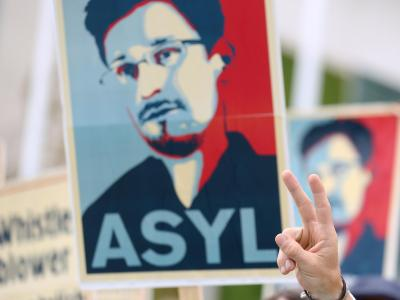 Solidaritäts-Aktion vor dem Bundeskanzleramt: Der Ex-US-Geheimdienstler Edward Snowden wendet sich an die Bundesregierung. Foto: Kay Nietfeld/Archiv