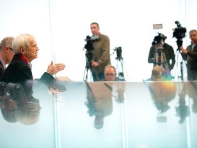 Hans-Christian Ströbele hatte sich in Moskau mit Edward Snowden getroffen und berichtet darüber den anwesenden Journalisten. Foto: Kay Nietfeld