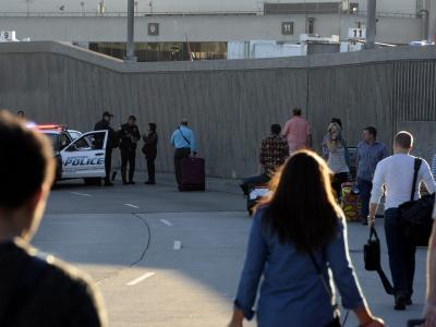 Die Zugangsstraßen zu dem Flughafen, dem Los Angeles Airport, wurden gesperrt. Foto: Micheal Nelson