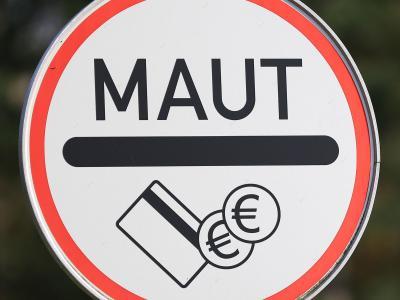 Das Bundesverkehrsministerium prüft einem Medienbericht zufolge die Einführung einer Maut-Vignette nach österreichischem Vorbild. Foto: Christian Charisius