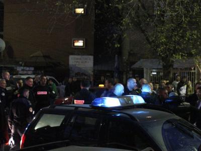 Polizeikräfte sind vor einem Wahllokal in der Stadt Kosovska Mitrovica zu sehen. Foto: Djordje Savic