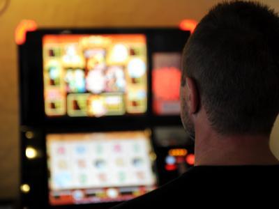 Ein ehemals Spielsüchtiger steht in einer Spielhalle. Der Städtebund verlangt, dass Geldspielautomaten nur noch in Kasinos stehen sollen. Foto: Carsten Rehder