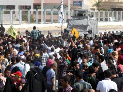Vor dem Gebäude und im Gerichtssaal forderten Muslimbrüder ein Ende des Prozesses. Foto: Khaled Elfiqi
