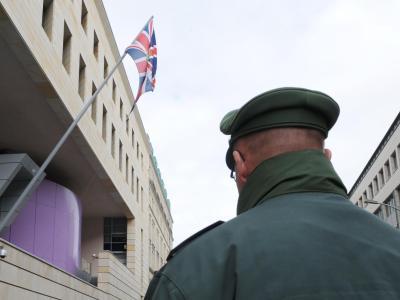 Ein Polizist vor der Botschaft Großbritanniens in Berlin. Foto: Britta Pedersen/Archiv