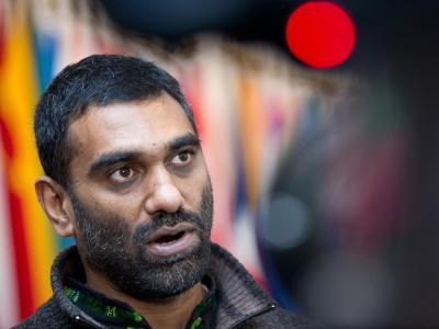 Der Geschäftsführer von Greenpeace-International, Kumi Naidoo, vor dem Hauptsaal des Internationalen Seegerichtshofs in Hamburg. Foto: Christian Charisius