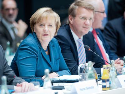 Kanzlerin Merkel (CDU) und Kanzleramtsminister Pofalla nehmen an Verhandlungen über eine mögliche Regierungskoalition teil. Foto: Maurizio Gambarini