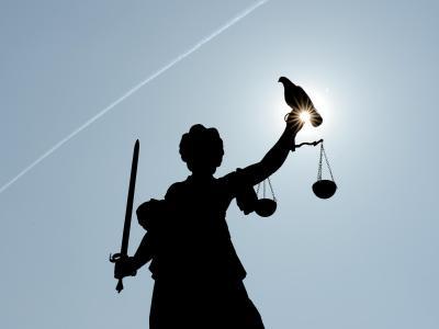 Eine Statue der Justitia in Frankfurt am Main. Foto: Arne Dedert
