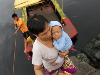 Eine Frau sucht mit ihrem Kind Zuflucht im Landesinneren.Foto: Francis R. Malasig