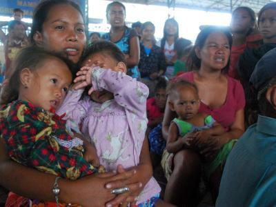 Familien haben sich vor «Haiyan» in Notunterkünfte geflüchtet. Foto: Jay Rommel Labra