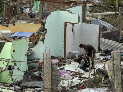 Retten, was zu retten ist: Der Bewohner eines völlig zerstörten Hauses sucht nach Verwertbarem. Foto: Francis R. Malasig