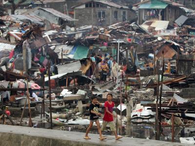 Was nun? Zwei Kinder vor den Trümmern der Stadt Tacloban. Foto: Francis R. Malasig