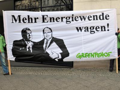 Aktivisten der Umweltorganisation Greenpeace halten in Berlin ein Transparent vor dem Willy-Brandt-Haus. Dort trafen sich die Mitglieder des Arbeitskreises Energie zu weiteren Koalitionsverhandlungen. Foto: Paul Zinken