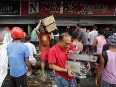Plünderungen in Tacloban. Foto: Francis R. Malasig