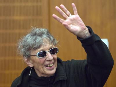Sonja Suder winkt im Gerichtssaal den Zuschauern zu. Foto: Arne Dedert