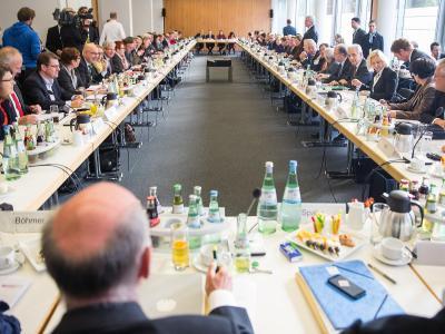 Große Koalitionsrunde, die fünfte: Trotz angespannter Stimmung wollen Union und SPD gemeinsame Positionen in mehreren Fachthemen besiegeln. Aber diverse Streitfragen bleiben - nicht nur bei der Pkw-Maut. Foto: Hannibal