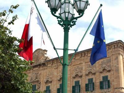 Maltesische und EU-Flagge in Floriana. Malta will den Kauf der Staatsangehörigkeit ermöglichen. Foto: Karl Azzopardi/Archiv
