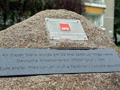 Ein Gedenkstein erinnert in Leipzig der an die Gründung des Allgemeinen Deutschen Arbeitervereins. Foto: Jan Woitas