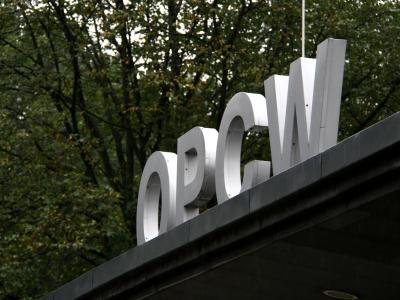 Der Schriftzug der Organisation für das Verbot von Chemiewaffen (OPCW) vor dem Hauptsitz in Den Haag. Foto: Steffen Trumpf