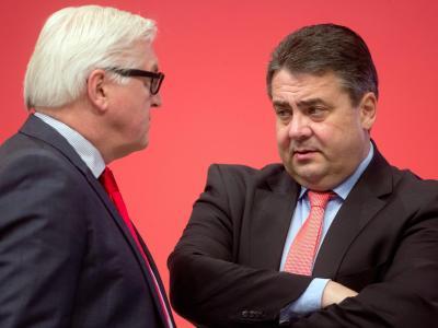 Frank-Walter Steinmeier (L) im Gespräch mit Sigmar Gabriel. Foto: Kay Nietfeld