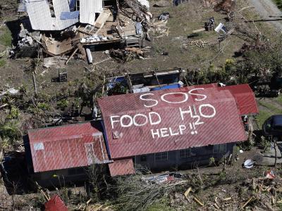 Überlebende des Taifuns haben einen verzweifelten Hilferuf auf das Dach eines Hauses geschrieben. Foto: Dennis M. Sabangan