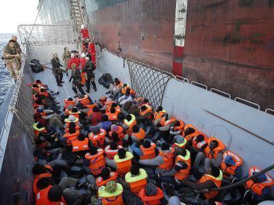 Vor Lampedusa aufgegriffene Flüchtlinge werden zu einem Schiff gebracht. Die SPD fordert in einem Leitantrag eine humanere Flüchtlingspolitik in Europa. Foto: Giuseppe Lami/Archiv