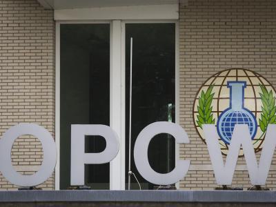 Das Logo der «Organization for the Prohibition of Chemical Weapons» (OPCW) ist vor dem Gebäude der Organsisation in Den Haag, Niederlande, zu sehen. Foto:Evert-Jan Daniels