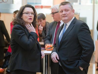 SPD-Generalsekretärin Andrea Nahles und CDU-Generalsekretär Hermann Gröhe unterhalten sich. Foto: Maurizio Gambarini