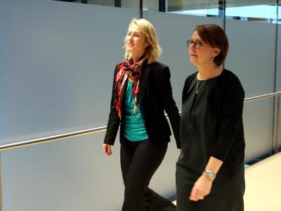 Manuela Schwesig (SPD) und Annette Widmann-Mauz (CDU, r) auf dem Weg zur Koalitions-Arbeitsgruppe im Bereich Familie. Foto: Wolfgang Kumm/Archiv