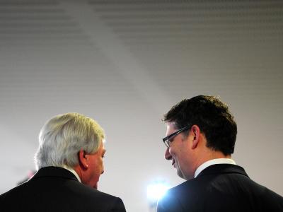 Der Landesvorsitzende der Hessen-SPD Schäfer-Gümbel (r) und der hessische Ministerpräsident Bouffier (CDU) informieren die Presse. Foto: Daniel Reinhardt