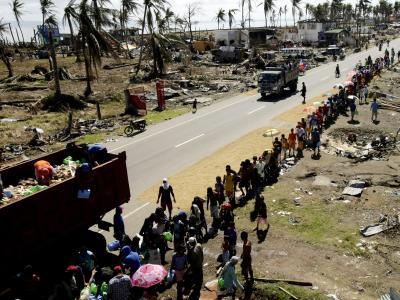 Im philippinischen Tacloban stehen Taifun-Opfer Schlange für Nahrungsmittel. Foto: Ritchie B. Tongo