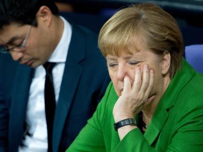 Müde Kanzlerin: Angela Merkel und der amtierende Bundeswirtschaftsminister Philipp Rösler im Bundestag. Foto: Maurizio Gambarini