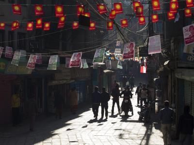 Wahlflyer verschiedener Parteien hängen in den Straßen von Kathmandu. Foto: Narendra Shrestha