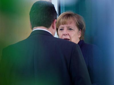 Angela Merkel im Gespräch mit SPD-Chef Sigmar Gabriel. Foto: Maurizio Gambarini/Archiv