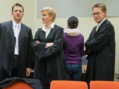 Die Angeklagte Beate Zschäpe (2.v.r.) mit ihren Anwälten. Foto: Peter Kneffel