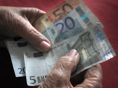 Die Altersbezüge sollen ab Mitte 2014 um gut zwei Prozent steigen. Foto: Karl-Josef Hildenbrand / Symbolbild