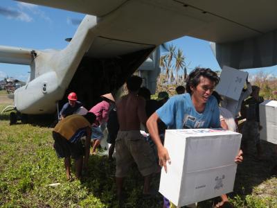 Hilfe aus der Luft für die Opfer des Taifuns «Haiyan». Foto: Lance Cpl. Caleb Hoover / US Marine Corps