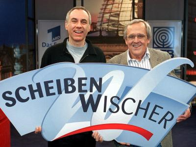 Gemeinsam mit Bruno Jonas steht Dieter Hildebrandt (r) am 6.3.2000 im Studio der Sendung