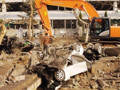 Autos wurden hochgeschleudert oder zerquetscht. Foto: Li Li