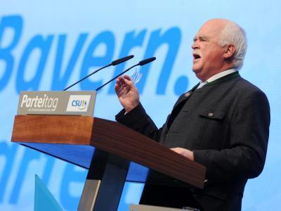 Im zweiten Anlauf wird der Euro-Skeptiker Peter Gauweiler Vizevorsitzender der CSU. Foto: Tobias Hase