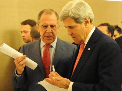 Unter dem wachsamen Blick von Moskaus Vertreter Lawrow mach sich US-Außenminister Kerry (R) Notizen. Foto: US Department Of State