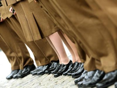 Die großen Schritte sollen bei einigen Soldatinnen zu Schädigungen im Rücken und im Becken geführt haben. Foto: Roland Weihrauch