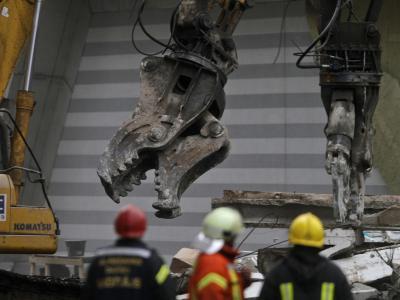 Rettungskräfte stehen vor der Ruine des eingestürzten Supermarktes in Riga. Die Wahrscheinlichkeit, dort noch jemanden zu finden, liege bei «unter 0,1 Prozent», hieß es. Foto: Valda Kalnina