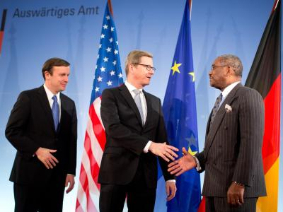 Bundesaußenminister Guido Westerwelle (M) begrüßt US-Senator Christopher Murphy (l) und den Kongressabgeordneten Gregory Meeks im Auswärtigen Amt in Berlin. Foto: Kay Nietfeld
