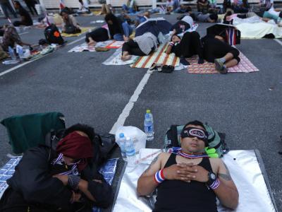 Die Lage bleibt angespannt in Bangkok. Tausende Demonstranten campieren über Nacht draußen. Sie wollen Thailands Regierung stürzen. Parallel stellt die Opposition einen Misstrauensantrag im Parlament. Foto: Barbara Walton