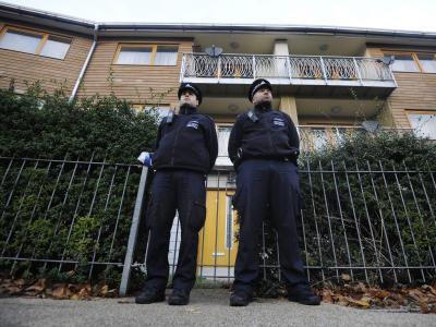 Wache stehen: Londoner Polizeibeamte vor dem Haus, wo mutmaßlich drei Frauen als Sklavinnen gehalten wurden. Foto: Facundo Arrizabalaga