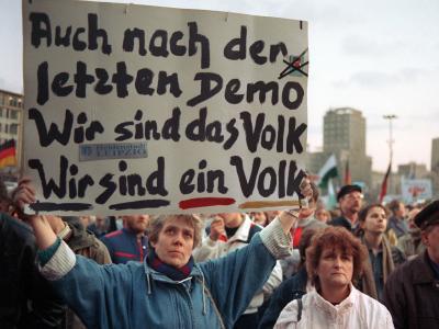 Der Spruch «Wir sind ein Volk» gehört dem Volk. Foto:Frank Kleefeldt/Archiv