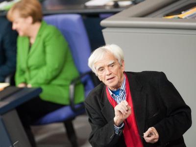 Hans-Christian Ströbele von den Grüenen spricht im Bundestag. Der Opposition soll eine angemessene Redezeit eingeräumt werden. Foto: Maurizio Gambarini
