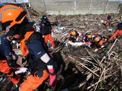 Zweieinhalb Wochen nach Taifun «Haiyan» werden immer noch Leichen geborgen. Foto: Dennis M. Sabangan