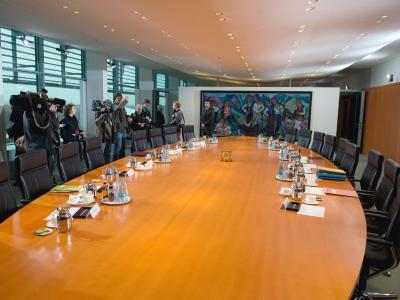 Noch unbesetzt sind die Stühle rund um den Tisch der Kabinettssitzung im Bundeskanzlkeramt. Foto: Soeren Stache