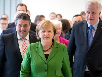 Angela Merkel umringt von Sigmar Gabriel und Horst Seehofer. Foto: Kay Nietfeld
